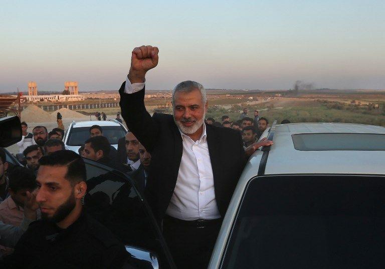 """El líder de Hamas Ismail Haniyeh hace un gesto mientras hace una parada el 9 de abril de 2018, en el sitio de las violentas manifestaciones islamistas apodadas """"Marcha del Retorno"""" en la frontera entre Israel y Gaza al este de la ciudad de Gaza.(AFP Photo / Mahmud Hams)"""