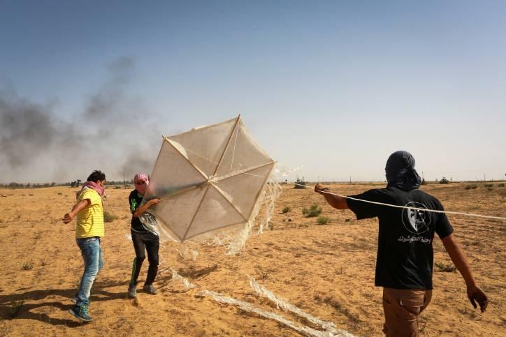 Islamistas palestinos preparan una cometa con materiales inflamables que volarán al sur de Israel desde Rafah, en el sur de la Franja de Gaza, el 22 de junio de 2018. (Abed Rahim Khatib / Flash 90)