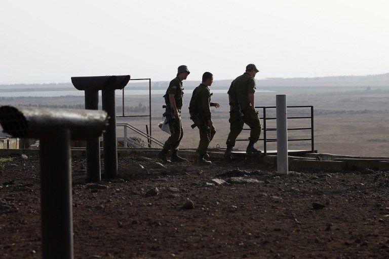 Soldados israelíes son fotografiados en la colina de Tel Saki en los Altos del Golán al otro lado de la frontera de la provincia de Daraa en Siria el 24 de julio de 2018. (AFP / JALAA MAREY)