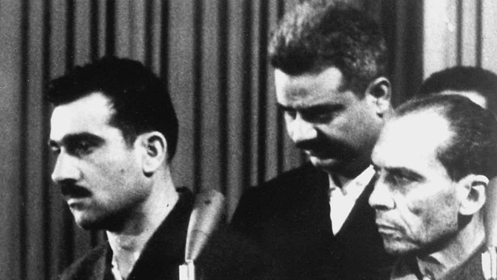 Eli Cohen, a la izquierda, durante el juicio en su contra en Damasco. Fue ahorcado en 1965 y su cadáver quedó expuesto como mensaje de Siria a Israel. (AFP/Getty)