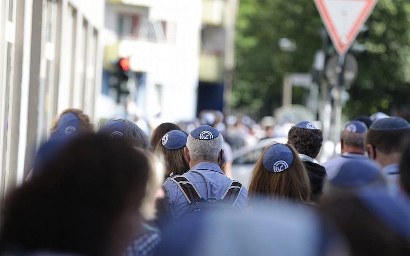 Un 'kippah walk' en Berlín mostrando solidaridad con los judíos en la capital alemana el 15 de julio de 2018 (JFNA Marketing via JTA)