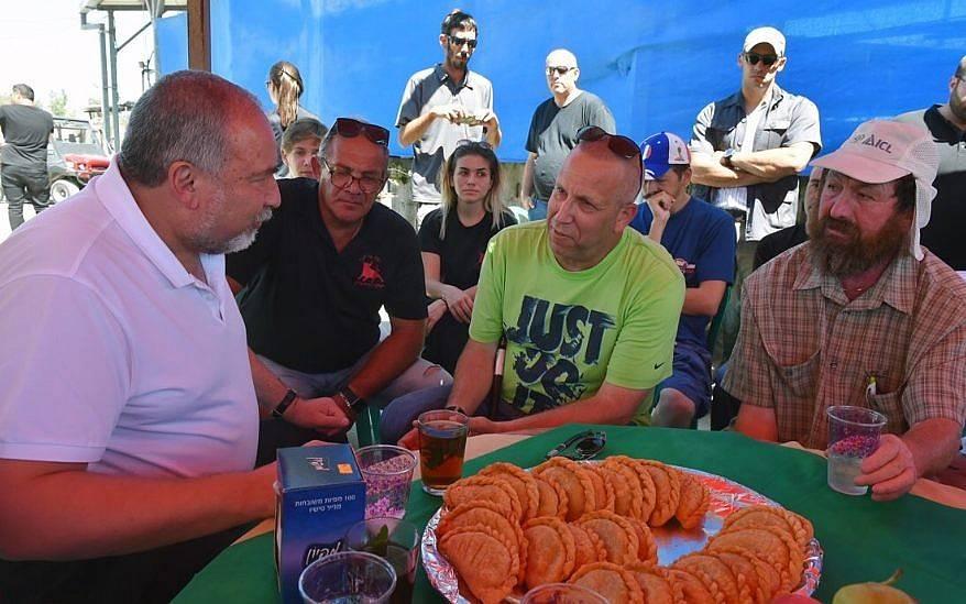 El Ministro de Defensa, Avigdor Liberman, visita el Kibbutz Or HaNer cerca de la Franja de Gaza, el 27 de julio de 2018 (Ariel Hermoni / Ministerio de Defensa)