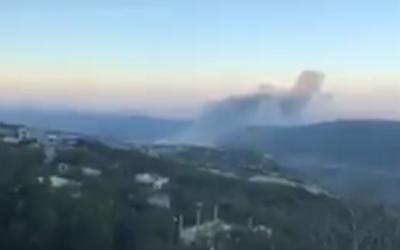 Una captura de pantalla de un video que pretende mostrar las secuelas de un ataque israelí en una instalación de investigación en el área de Masyaf, en el noroeste de Siria, el 22 de julio de 2018. (Captura de pantalla: Twitter)