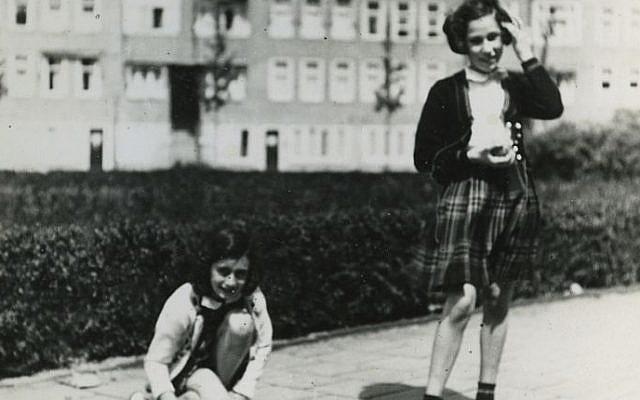 Ana Frank (L) juega con su amiga Hanneli Goslar (R) en la plaza Merwedeplein en Amsterdam, en mayo de 1941. (Colección de fotografías de AP Photo / Anne Frank House Amsterdam / Anne Frank Fonds Basel)