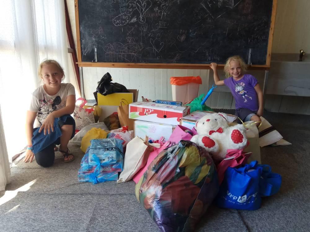 Niños israelíes del Golán haciendo paquetes para los nuevos vecinos (foto: Naomi Dolev, Moshav Yonatan)