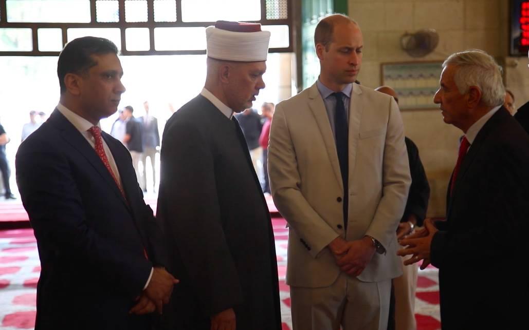 El diplomático jordano Nizar al-Qaissi, izquierda, se unió a los oficiales de Waqf y al muftí palestino de Jerusalem para saludar al príncipe William en el Monte del Templo en la Ciudad Vieja de Jerusalem, el 28 de junio de 2018. (cortesía)