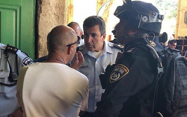 El comandante de la policía de Jerusalén Yoram Halevi es visto afuera de la mezquita Al-Aqsa durante los enfrentamientos en el Monte del Templo en la Ciudad Vieja de Jerusalén el 27 de julio de 2018. (Portavoz de la policía)