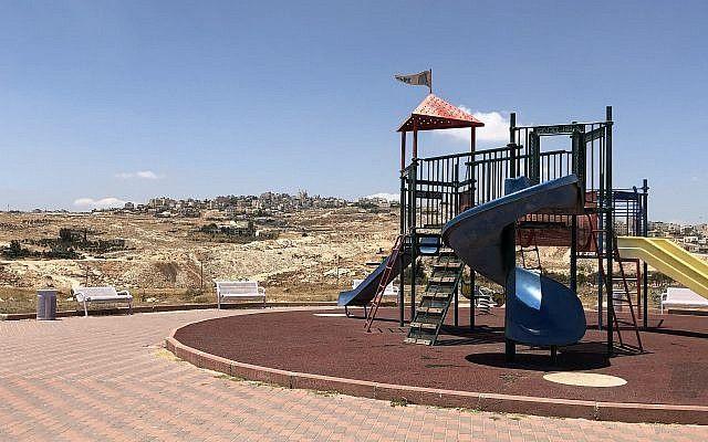 El patio de recreo en el poblado judío de Adam donde Yotam Ovadia fue asesinado en un ataque terrorista el 26 de julio de 2018 (Jacob Magid)