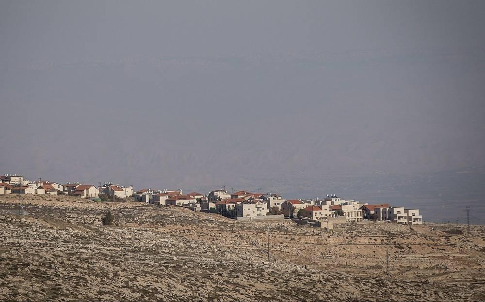 Vista del poblado de Adam (Geva Binyamin), visto desde el barrio judío de Neve Yaakov en Jerusalem, el 1 de enero de 2017 (Yonatan Sindel / Flash 90)