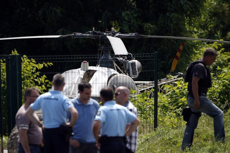 Esta foto tomada el 1 de julio de 2018 en Gonesse, al norte de París, muestra a la policía cerca de un helicóptero francés Alouette II abandonado por el ladrón armado francés Redoine Faid después de escapar de la prisión de Reau.(AFP PHOTO / GEOFFROY VAN DER HASSELT)