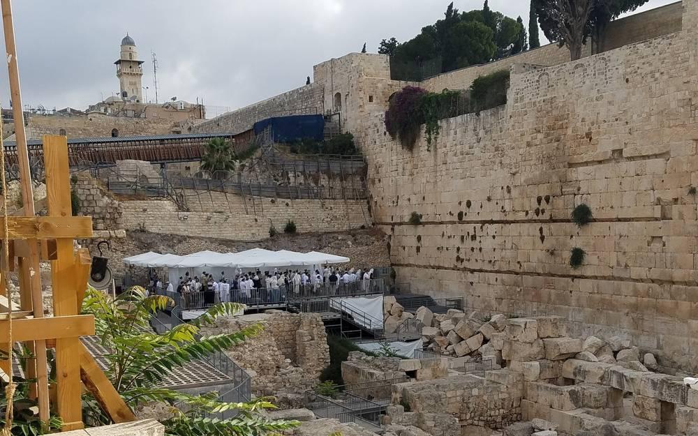 La oración ortodoxa en la plataforma de oración plural del Arco de Robinson en el Muro Occidental, 13 de julio de 2018. (Eric Woodward)