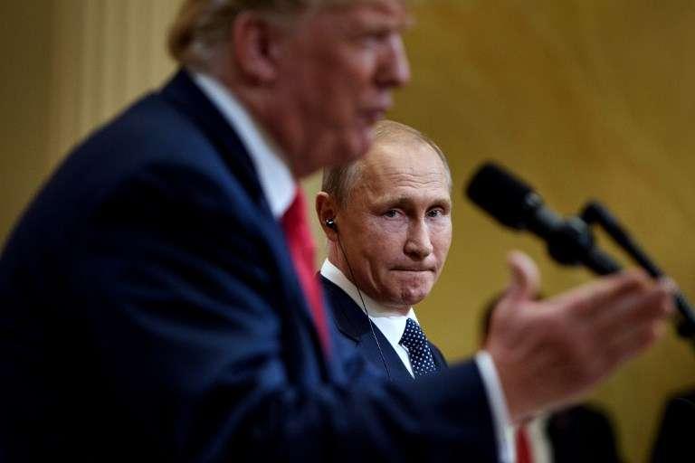 El presidente de Rusia, Vladimir Putin, escucha mientras el presidente de Estados Unidos, Donald Trump, habla durante una conferencia de prensa en el Palacio Presidencial de Finlandia, el 16 de julio de 2018 en Helsinki, Finlandia.(AFP PHOTO / Brendan Smialowski)