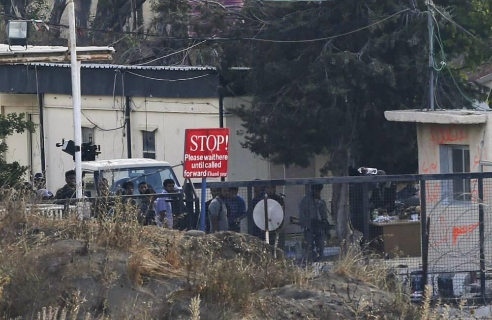 El viernes 29 de agosto de 2014, un grupo armado no especificado de rebeldes se reúne en el cruce de la frontera siria de Quneitra entre las partes de los Altos del Golán, controladas por Siria e Israel.(crédito de la foto: AP / Ariel Schalit, Archivo)