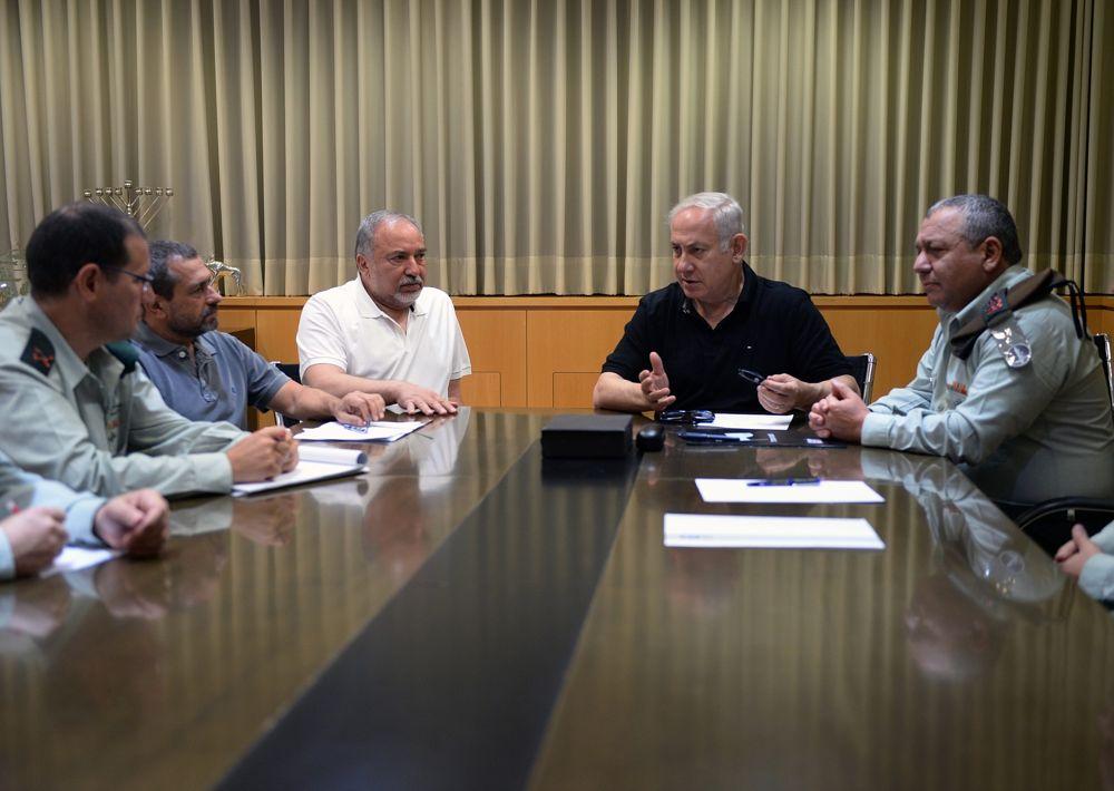 El primer ministro Benjamin Netanyahu, el ministro de Defensa Avigdor Liberman y el jefe de personal de las FDI Gadi Eisenkot durante una reunión de emergencia en el Ministerio de Defensa en Tel Aviv, el 20 de julio de 2018, tras los ataques israelíes contra objetivos de Hamas en Gaza después de que un francotirador palestino asesinó a un soldado israelí.(Ministerio de Defensa / Ariel Hermoni)