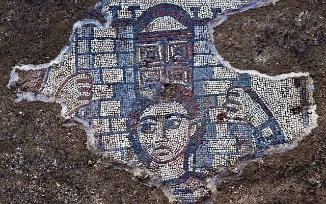 Detalle del mosaico del siglo V de la sinagoga de Huqoq que muestra a Sansón llevando la puerta de Gaza, de Jueces 16. (Jim Haberman)