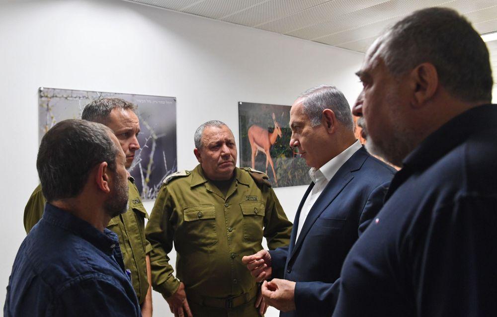 Desde la derecha, el Ministro de Defensa Avigdor Liberman, el Primer Ministro Benjamin Netanyahu, el Jefe de Gabinete de las FDI Gadi Eisenkot, el Secretario Militar del Primer Ministro Brig.General Eliezer Toledano, y el jefe del Shin Bet Nadav Argaman hablan durante una visita a la División de las FDI de Gaza el 17 de julio de 2018, en medio de un aumento de la violencia desde la Franja de Gaza.(Kobi Gideon / GPO)