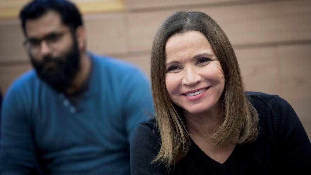 La Unión Sionista MK Shelly Yachimovich asiste a una reunión de facciones en la Knéset el 6 de febrero de 2016. (Yonatan Sindel / Flash 90)