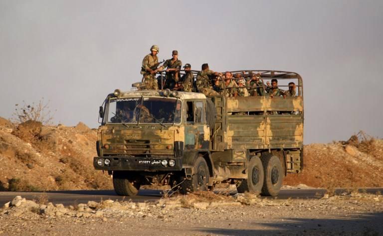 Soldados del gobierno sirio viajan en un camión del ejército cerca del cruce fronterizo de Nassib con Jordania en la provincia sureña de Daraa el 6 de julio de 2018, después de que recuperaron el control de las fuerzas rebeldes.(AFP PHOTO / Mohamad ABAZEED)