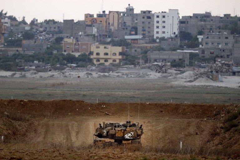 Una foto tomada el 20 de julio de 2018 muestra un tanque de batalla israelí Merkava patrullando a lo largo de la frontera con la Franja de Gaza cerca del Kibbutz Nahal Oz en el sur de Israel.(AFP Photo / Jack Guez)