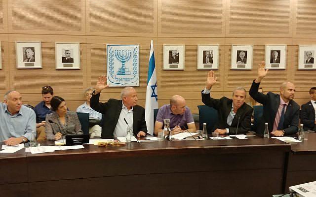 Miembros del Comité de Defensa y Asuntos Exteriores de la Knesset votan a favor de un proyecto de ley para recortar fondos a la Autoridad Palestina por el monto que Ramallah paga a los terroristas condenados, 11 de junio de 2018. (Cortesía)