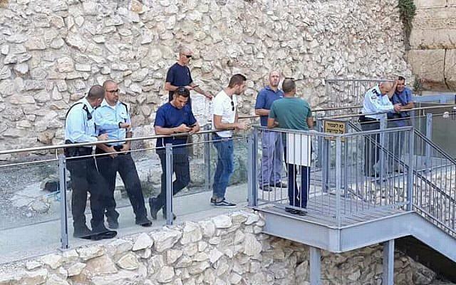 Un equipo de profesionales fue enviado a la plataforma de oración igualitaria del Arco de Robinson al lado del Muro de las Lamentaciones el 23 de julio de 2018 tras la caída de una piedra herodiana. (Cortesía del Movimiento Masorti / Rabino Valerie Stessin)