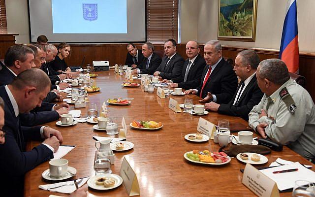 El primer ministro Netanyahu recibe a una importante delegación rusa encabezada por el ministro de Asuntos Exteriores de Rusia, Serguéi Lavrov, en la oficina del primer ministro en Jerusalén, el 23 de julio (Haim Zach / GPO)