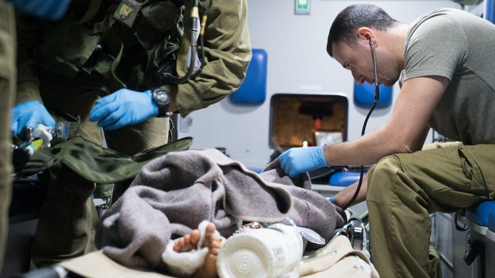 Los médicos del ejército israelí brindan atención a un sirio nacional herido, que fue llevado a Israel para recibir tratamiento médico el 29 de junio de 2018. (Fuerzas de Defensa de Israel)