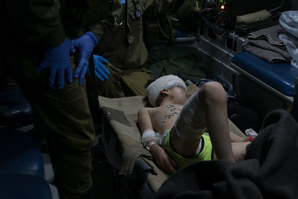 Los médicos del ejército israelí brindan atención a un niño sirio herido, que fue llevado a Israel para recibir tratamiento médico el 29 de junio de 2018. (Fuerzas de Defensa de Israel)