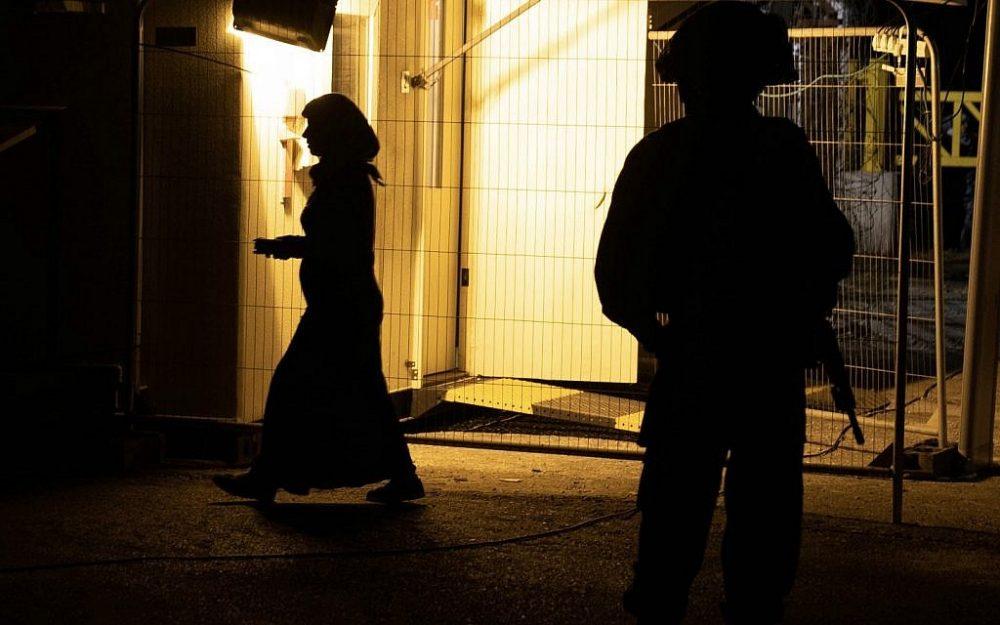Los soldados de las FDI supervisan la transferencia de 422 trabajadores de rescate 'Casco Blanco' y sus familias a través de Israel y Jordania, cuando huyen del régimen de Assad, el 22 de julio de 2018. (Fuerzas de Defensa de Israel)