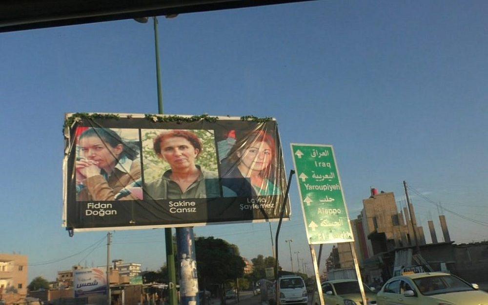 Una cartelera en Qamishli, Siria, dedicada a las mujeres mártires. (Ziv Genesove / Times of Israel)