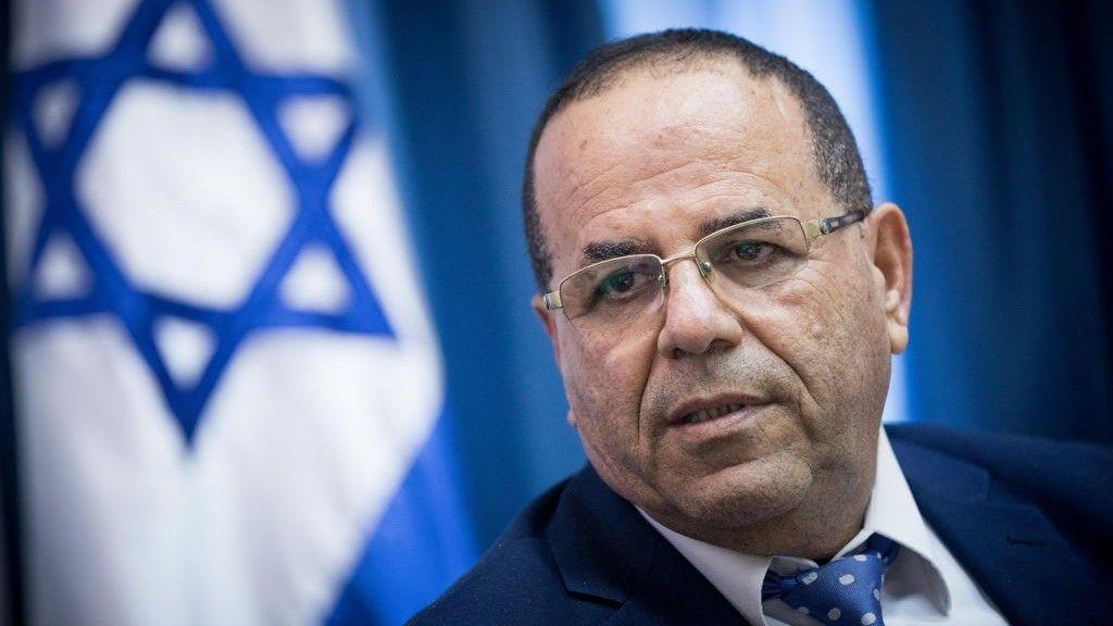 El ministro de comunicaciones, Ayoub Kara, habla en una conferencia de prensa sobre la decisión del Ministerio de Comunicaciones de cerrar la oficina de Al Jazeera en Jerusalem el 6 de agosto de 2017. (Yonatan Sindel / Flash 90)