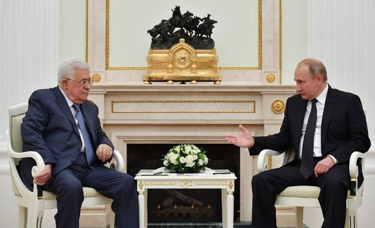 El presidente de la Autoridad Palestina, Mahmoud Abbas, habla con el presidente ruso, Vladimir Putin, durante su reunión en el Kremlin en Moscú el 14 de julio de 2018. (AFP PHOTO / Yuri KADOBNOV)