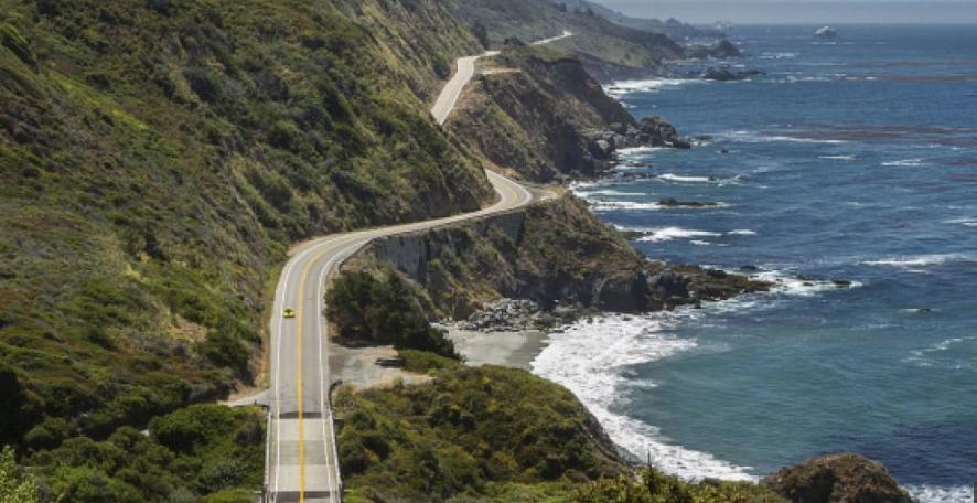 En uno de estos acantilados al borde de la carretera 1 en el parque de Big Sur, California, se despeñó más de 200 pies el auto de la joven.