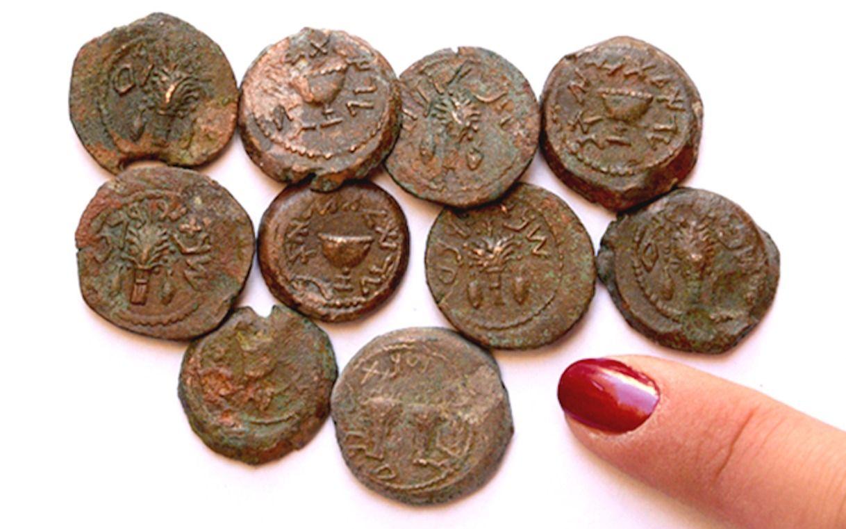En la excavación arqueológica de Ophel fuera de las murallas de la Ciudad Vieja de Jerusalem, recientemente se descubrió un alijo de raras monedas de bronce de la Revuelta Judía, que data de alrededor del 66-70 EC.(Eilat Mazar)