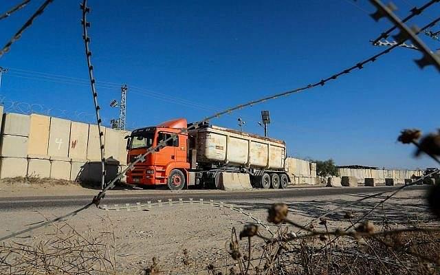 Camiones palestinos vistos en el cruce de Kerem Shalom, el principal punto de paso para los bienes que ingresan a Gaza desde Israel, el 9 de julio de 2018. (Abed Rahim Khatib / Flash 90)