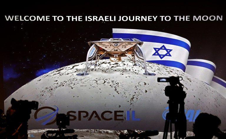 Los periodistas se preparan para asistir a una conferencia de prensa de la división espacial de la Industria Aeroespacial de Israel para anunciar el lanzamiento de una nave espacial a la luna, 10 de julio de 2019 (AFP PHOTO / THOMAS COEX)
