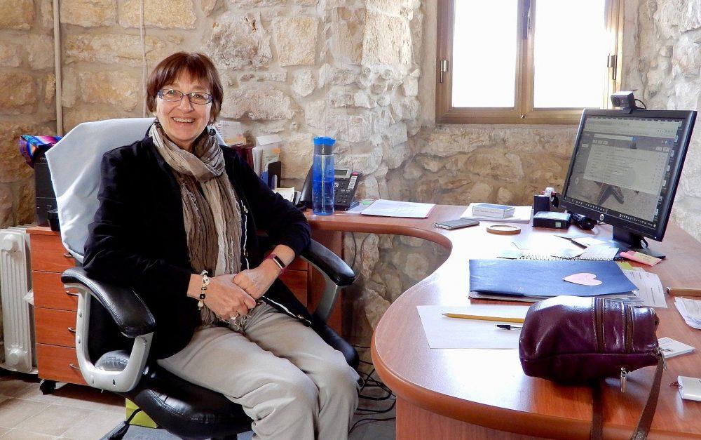 Sor Margaret Zdunich, directora del Centro Ecce Homo para la Formación Bíblica, en su escritorio el 20 de marzo de 2018. (Melanie Lidman / Times of Israel)