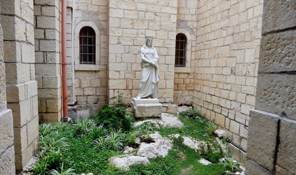 Un espacio tranquilo para la oración y la reflexión el 3 de enero de 2018, en la casa y convento de peregrinos Ecce Homo, que se encuentra dentro del bullicio del barrio musulmán de la Ciudad Vieja. (Melanie Lidman / Times of Israel)
