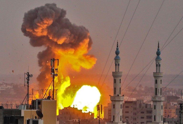 Una foto tomada el 20 de julio de 2018 muestra una bola de fuego explotando en la ciudad de Gaza durante los ataques israelíes (AFP PHOTO / BASHAR TALEB)