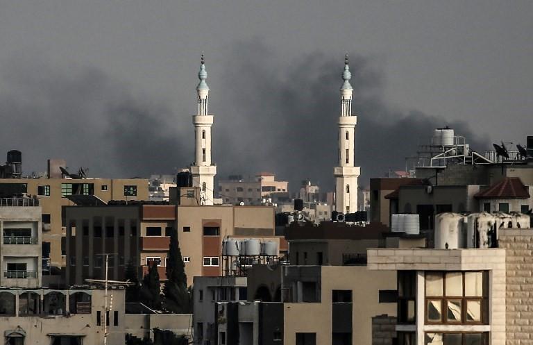 Una foto tomada el 20 de julio de 2018 muestra columnas de humo que se elevan después de un ataque israelí en la ciudad de Gaza.(AFP / Mahmud Hams)