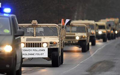 Vehículos militares estadounidenses conducen por una carretera en un área de entrenamiento militar cerca de Brueck, en el este de Alemania, el 11 de enero de 2017. (Ralf Hirschberger / dpa vía AP)