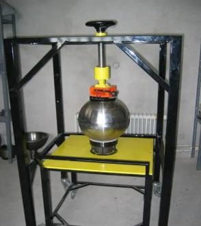 Una foto muestra un prototipo de una ojiva nuclear que no funciona y que las autoridades iraníes intentaron construir bajo el Proyecto Amad. Irán ordenó que se detuviera el trabajo en 2003, pero funcionarios de inteligencia creen que Irán buscó preservar documentos y conocimientos para un posible uso futuro. (Gobierno de Israel)