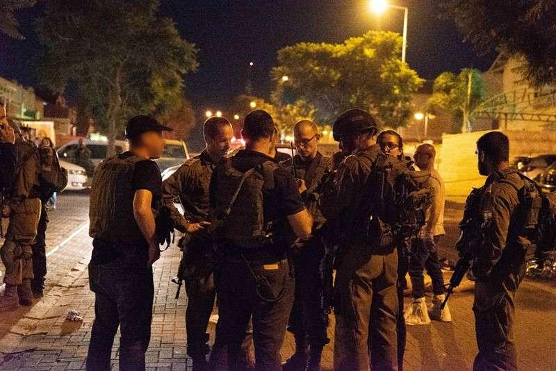 Oficiales de las FDI cerca de la escena de un ataque de apuñalamiento en el poblado judío de Adam, 26 de julio de 2018 (portavoz de las FDI)