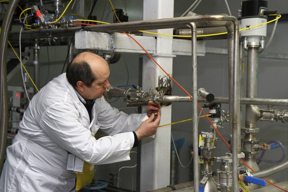 Ilustrativo: un inspector no identificado del Organismo Internacional de Energía Atómica revisa las conexiones entre las cascadas gemelas para un 20 por ciento de enriquecimiento de uranio en las instalaciones de Natanz, a unas 200 millas (322 kilómetros) al sur de la capital Teherán, Irán, el lunes 20 de enero de 2014. (AP / IRNA, Kazem Ghane)