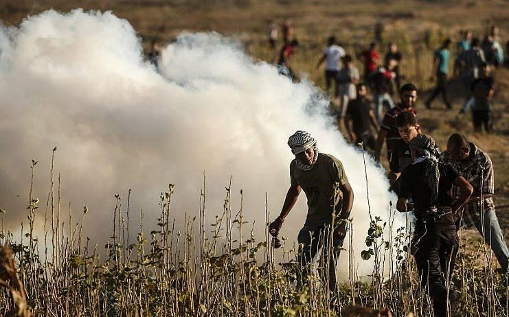 Islamistas palestinos participan en los enfrentamientos con las tropas israelíes a lo largo de la valla fronteriza entre Israel y la Franja de Gaza, al este de la ciudad de Gaza el 27 de julio de 2018. (AFP Photo / Mahmud Hams)
