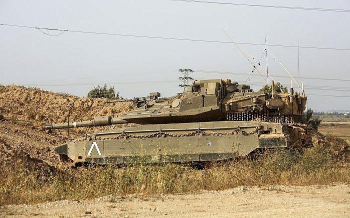 Un tanque de las FDI se ve cerca de la frontera con Gaza el 13 de abril de 2018 (Sliman Khader / Flash 90)