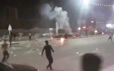Un video grabado en redes sociales que muestra las protestas en la ciudad iraní de Khorramshahr, el 30 de junio de 2018. (captura de pantalla: Twitter / BBC)