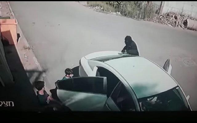Esta captura de pantalla muestra a un hombre enmascarado que secuestró a Karim Jumhour de 7 años de edad desde su casa en la ciudad árabe de Qalansawe en julio de 2018. (Captura de pantalla: Facebook)
