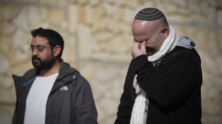 Amigos y parientes vistos de luto durante la ceremonia fúnebre de las cuatro víctimas judías de un ataque terrorista en París, que se celebró en el cementerio de Har HaMenuchot en Jerusalem, el 13 de enero de 2015. (Crédito de la foto: Yonatan Sindel / Flash 90)