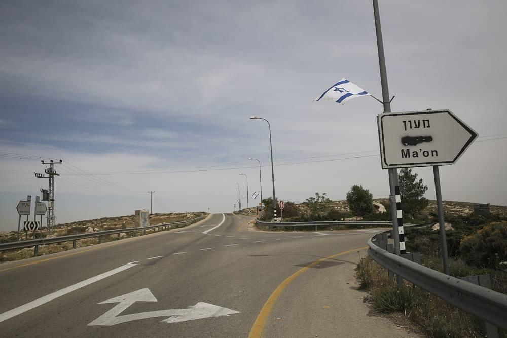 Una señal de tráfico con el árabe borrado, en Judea y Samaria, el 23 de abril de 2014. (Hadas Parush / Flash 90).